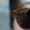 菲利克斯·格雷带着蓝色滤光和时尚的太阳镜为夏季做好准备